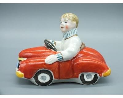 Фарфоровая статуэтка Мальчик на машинке