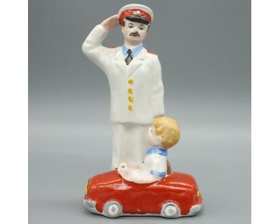 Фарфоровая статуэтка Милиционер Дядя Степа и мальчик на машинке