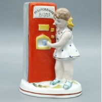 Фарфоровая статуэтка Девочка у аппарата газировки