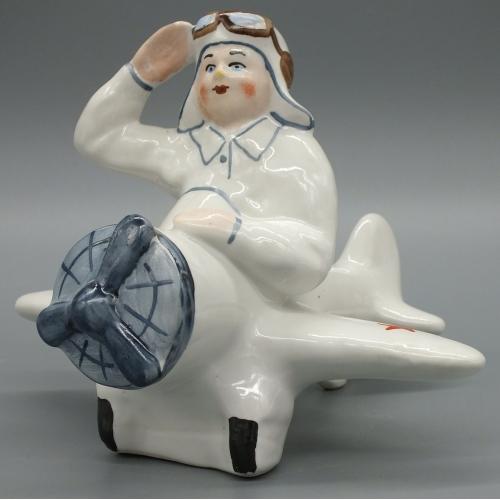Фарфоровая статуэтка Летчик