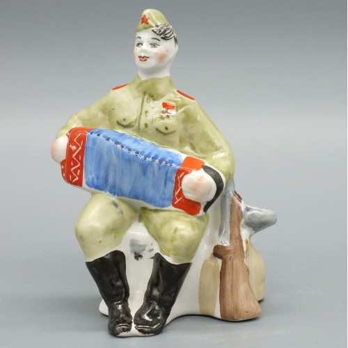 Фарфоровая статуэтка Солдат Василий Теркин с гармошкой