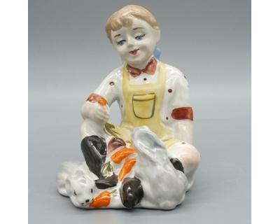 Фарфоровая статуэтка Девочка кормит кроликов