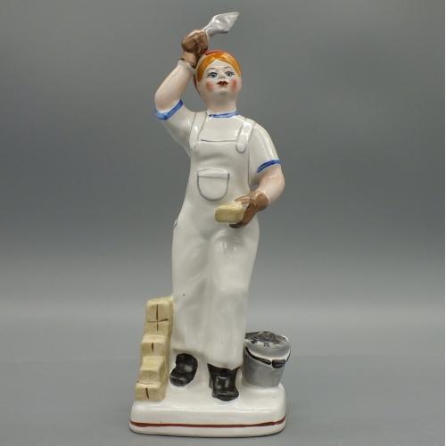 Фарфоровая статуэтка Девушка строитель. Каменщица