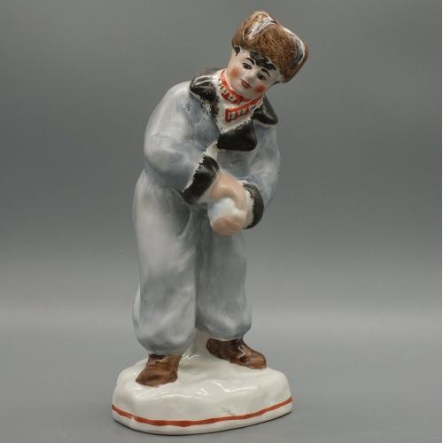 Фарфоровая статуэтка Мальчик лепит снежок