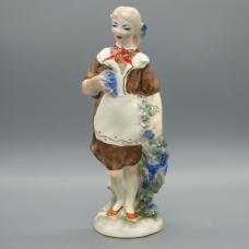 Фарфоровая статуэтка Девочка пионерка с виноградом