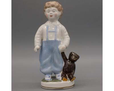Фарфоровая статуэтка Мальчик с плюшевым мишкой