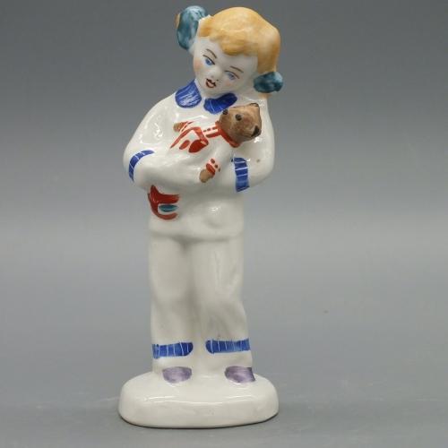 Фарфоровая статуэтка Девочка с плюшевым мишкой
