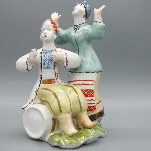 Фарфоровая статуэтка КУМ на бочке и Кума