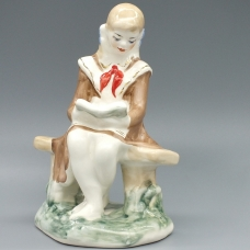 Фарфоровая статуэтка Девочка пионерка читает книгу