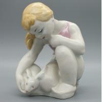 Фарфоровая статуэтка Девочка гладит кролика